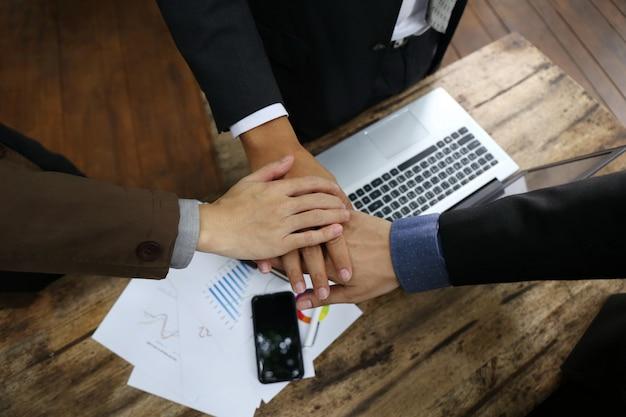Documento de gráfico na tabela e trabalho em equipe unir as mãos