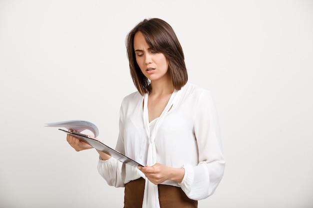Documento de leitura de mulher confusa