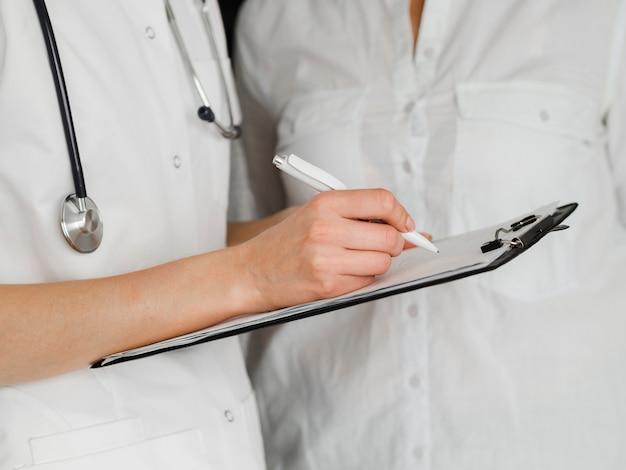 Documento de preenchimento médico close-up