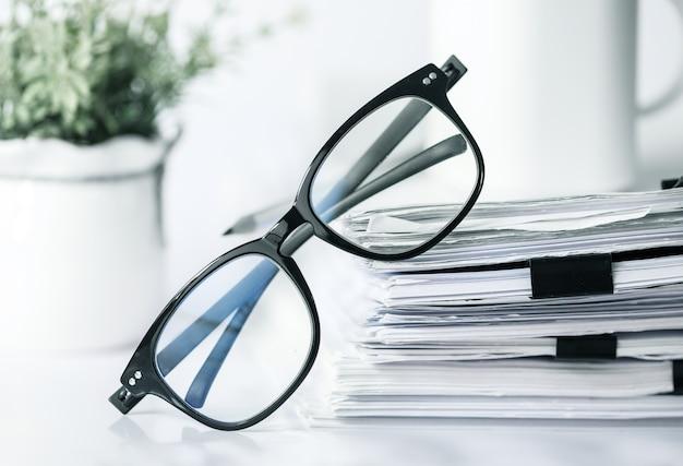 Documento de trabalho de negócios e conceito de dados de informações.