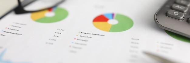 Documento em papel com informações sobre investimentos financeiros