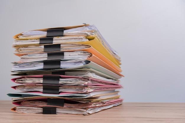 Documento empilhado na mesa do escritório.