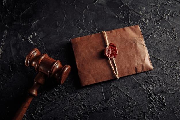 Documento importante em envelope com selo e martelo de madeira