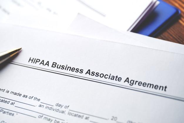 Documento jurídico acordo de associado comercial da hipaa em papel close up.