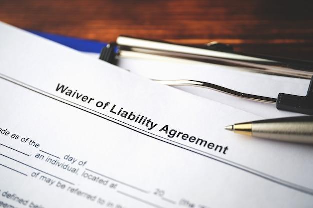 Documento jurídico acordo de isenção de responsabilidade em papel close-up.