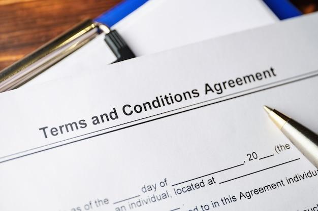 Documento jurídico termos e condições acordo em papel.