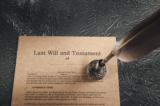 Documento notarial antigo na mesa isolado.