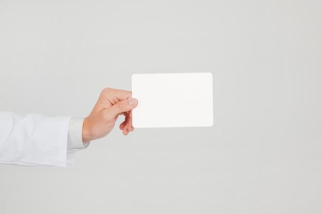 Documento segurando papel com mão