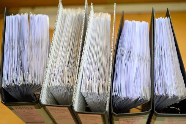 Documentos aguardando aprovação, colocados na mesa do escritório