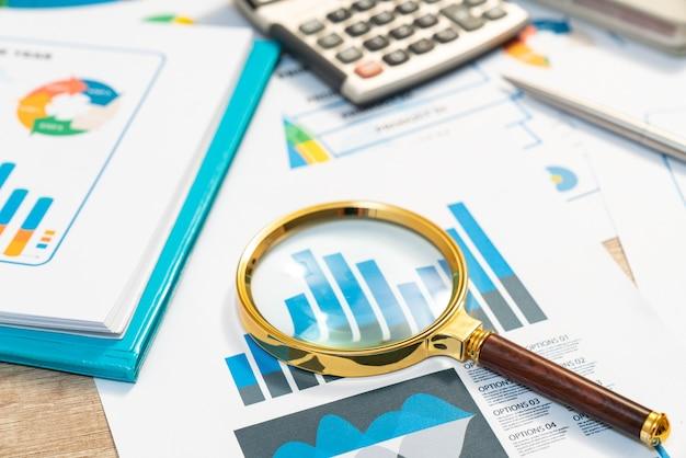Documentos com dados de análise deitado na mesa