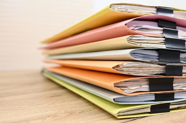 Documentos comerciais colocados na mesa do escritório