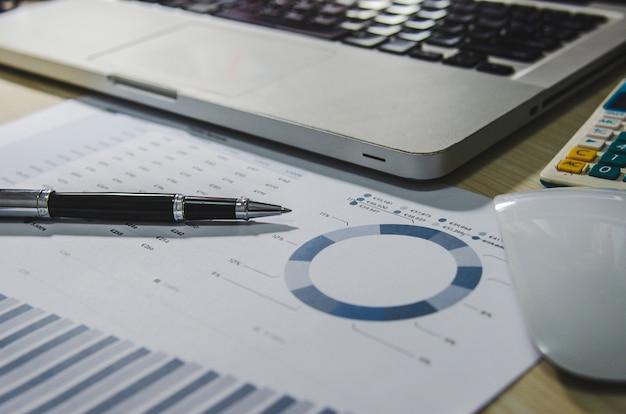 Documentos comerciais financeiros e laptop