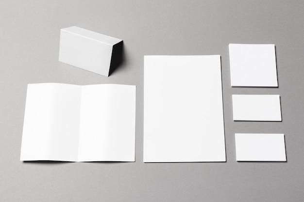 Documentos comerciais pretos na superfície cinza