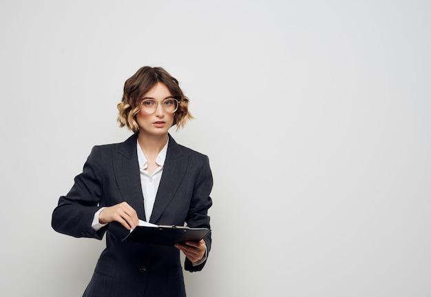 Documentos da empresária em mãos, escritório executivo