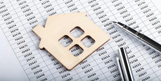 Documentos de arquivo de papelada financeira ou hipoteca de propriedade conceito de negócio de investimento imobiliário