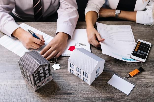 Documentos de assinatura de corretor de imóveis e clientes
