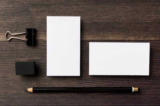 Documentos de espaço de cópia plana e itens de papelaria de mesa