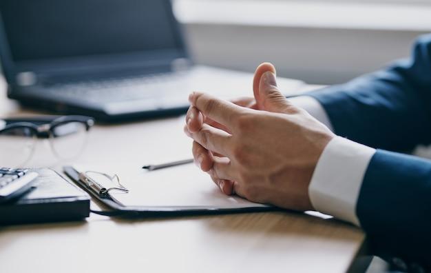 Documentos de finanças empresariais na mesa laptop óculos caneta papelaria de escritório