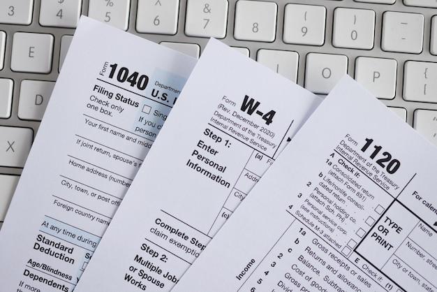 Documentos de formulário fiscal no teclado do computador close-up