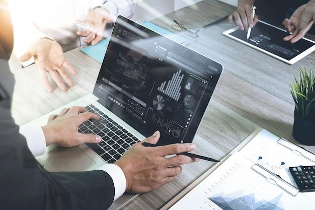 Documentos de negócios na mesa de escritório com telefone inteligente e computador portátil
