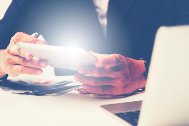 Documentos de negócios na mesa de escritório com telefone inteligente e digital tablet e gráfico financeiro