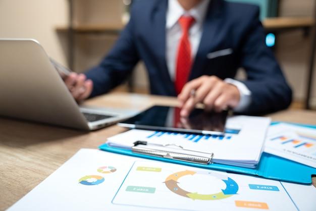 Documentos de negócios na mesa de escritório com telefone inteligente e tablet digital