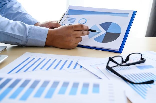 Documentos de negócios no escritório gráfico financeiro com diagrama de rede social discutindo dados de análise de dados