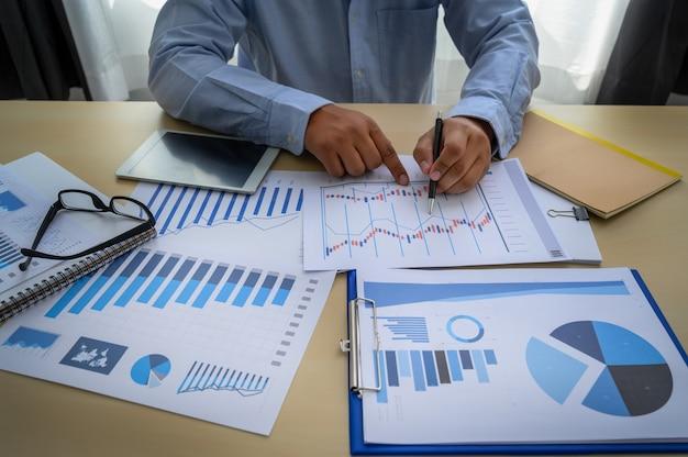 Documentos de negócios no escritório gráfico financeiro