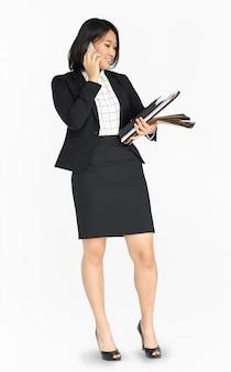 Documentos de telefone jovem asiáticos mulher de negócios