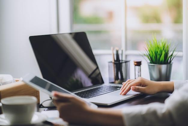 Documentos de trabalho de negócios planos de marketing e vendas com o computador portátil no escritório