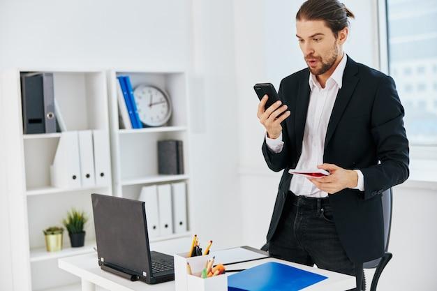 Documentos de trabalho do escritório do gerente com um telefone na mão do chefe