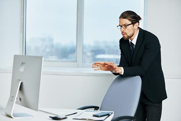 Documentos do empresário em comunicação com o executivo por telefone