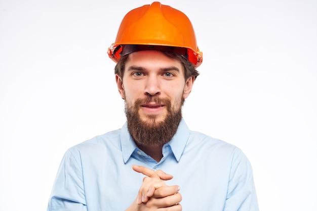 Documentos do engenheiro masculino em mãos e desenhos de fundo isolado de sucesso