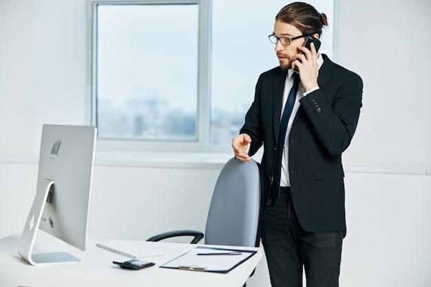 Documentos do funcionário de escritório em comunicação manual pelo executivo por telefone