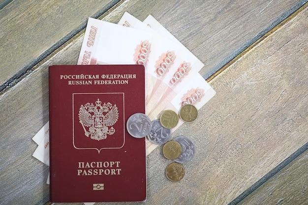 Documentos e dinheiro no chão passaporte russo e moeda