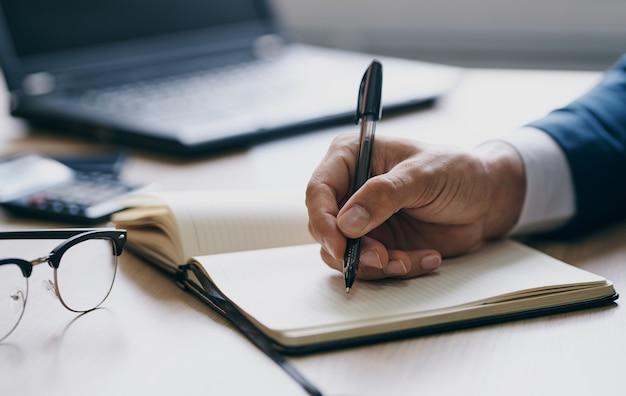 Documentos, escritório, laptop, papelaria, negócios, finanças, mãos e óculos masculinos