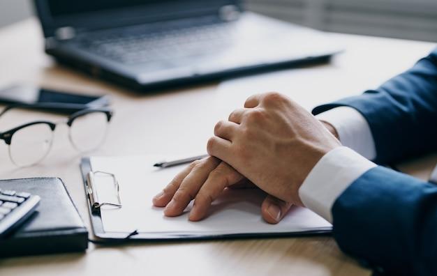 Documentos escritório laptop papelaria negócios finanças mãos e óculos masculinos