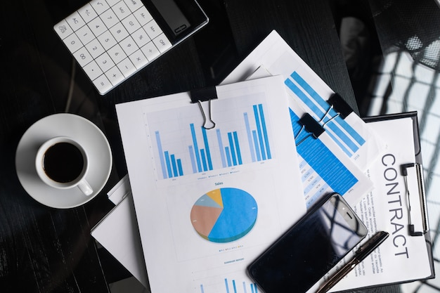 Documentos financeiros, contrato e café copa vista superior closeup