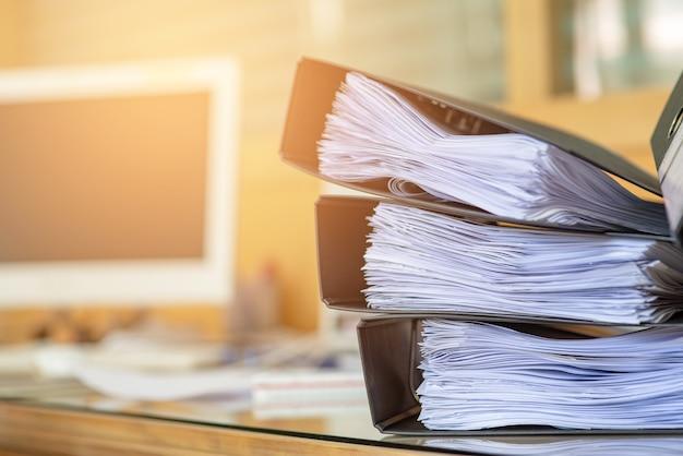 Documentos importantes colocados em uma mesa no escritório.