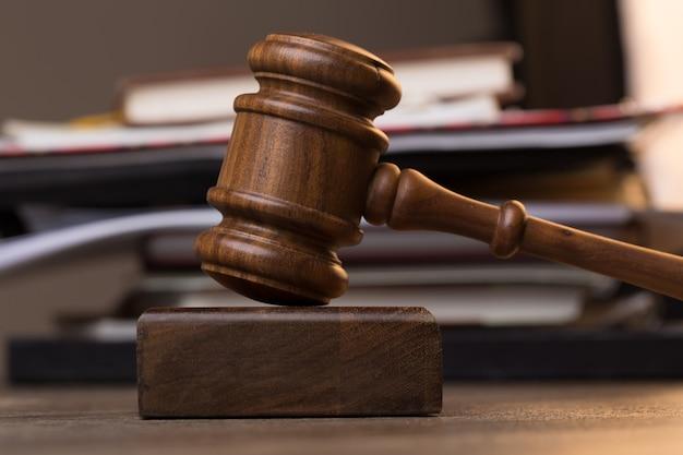 Documentos, martelo do juiz na mesa de madeira da sala