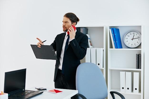 Documentos oficiais de empresário trabalham tecnologias de escritório