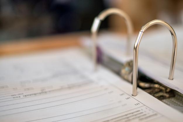 Documentos oficiais em close-up coletados em uma pasta de loop