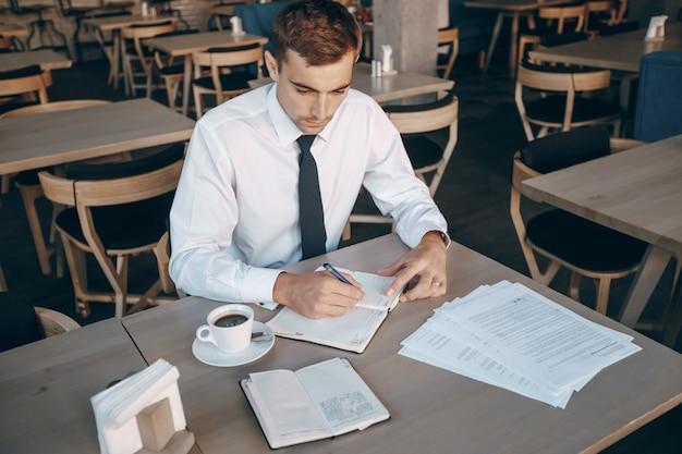 Documentos papelada pessoas trabalham trabalhando