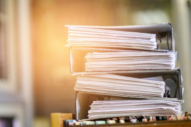 Documentos pretos empilhados no escritório