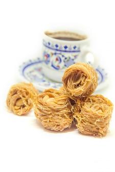 Doçura oriental, baklava com amendoim e mel. isolar. foco seletivo.