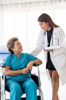Docyor checkup idoso paciente