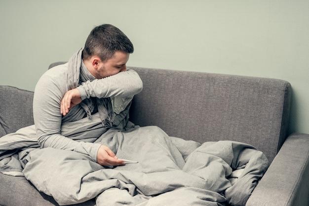 Doença. torça em casa. um jovem está doente, é tratado em casa. funde o nariz em um guardanapo, coriza. infecção, epidemia, portador de bacilo.