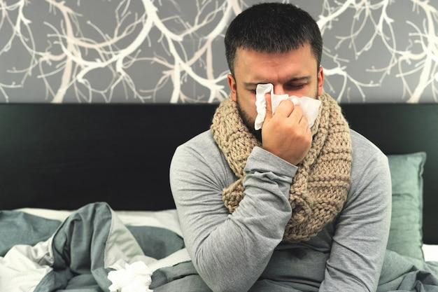 Doença. torça em casa. um jovem está doente, é tratado em casa