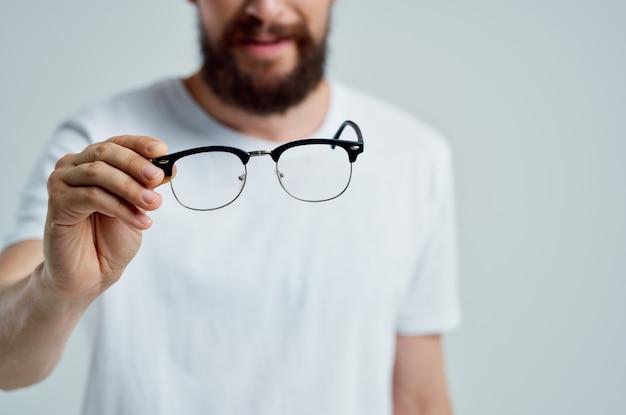 Doente de visão problemas em close-up de t-shirt branca. foto de alta qualidade