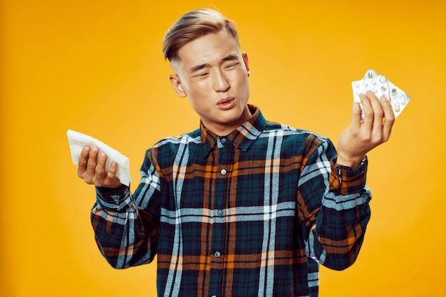 Doente homem asiático amarelo